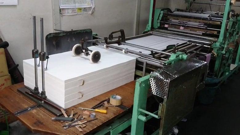 ノートに線を引く「罫引き印刷機」が最後の1台に…壊れたらどうなる?ツバメノートに聞いてみた