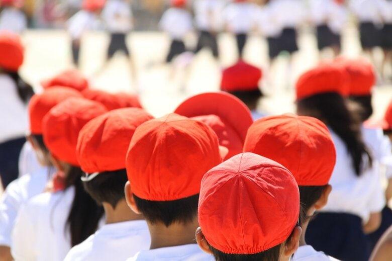 小学校の赤白帽「白」より「赤」が熱中症リスク高? 「赤」は10℃高い実験結果に