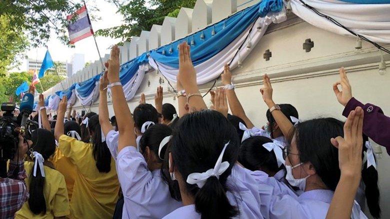 """タイの反政府活動に""""高校生""""も参入 抵抗の印『ハンガー・ゲーム』に対応苦慮"""