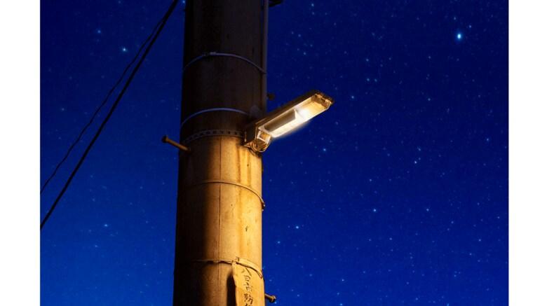 """""""星空を邪魔しない""""防犯灯をパナソニックが開発…従来品との違いは?岡山・美星町に先行設置"""