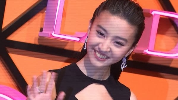 Koki, 流ちょうな英語披露に台湾メディア絶賛! 背中が大胆にあいたドレスで登場