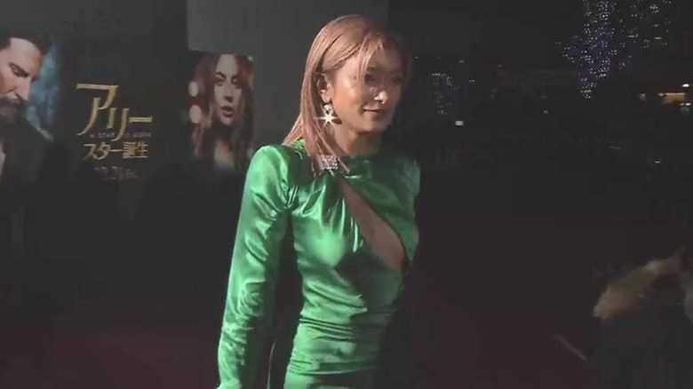 胸元にざっくり切れ目!ローラが大胆ドレスで登場 美脚も披露