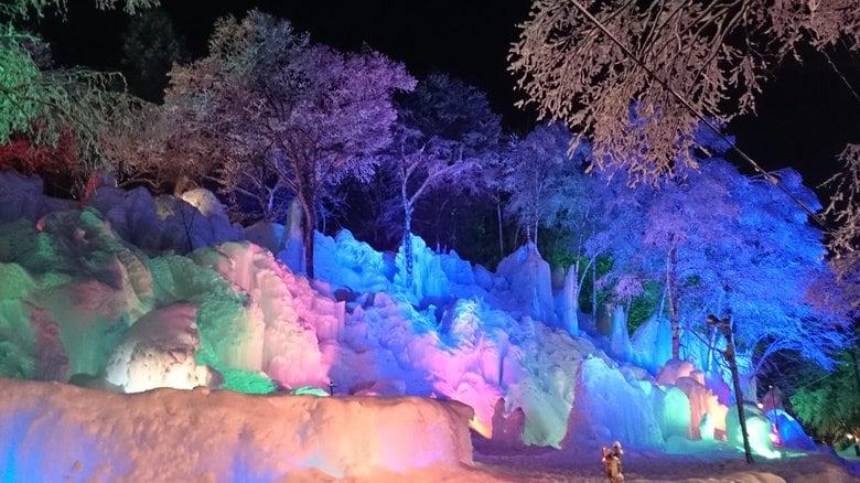 """幻想的な「氷の森」が岐阜の温泉地に…15m超の""""氷の壁""""&写真映えの""""氷の翼""""はどうやって作られる?"""