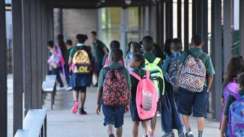 小学生に高級服は不適切? アメリカの学校で制服導入が進むワケ【世界の制服:アメリカ編】