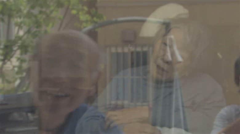 """名前を何度も呼び続ける夫…認知症の妻と""""ガラス越しの再会""""面会中止の施設で模索する新しい""""寄り添い"""""""