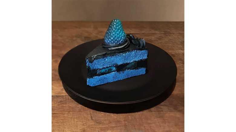 """妹のために作った「青と黒の奇妙なケーキ」…色を反転させると""""普通の色""""に見えるから不思議"""