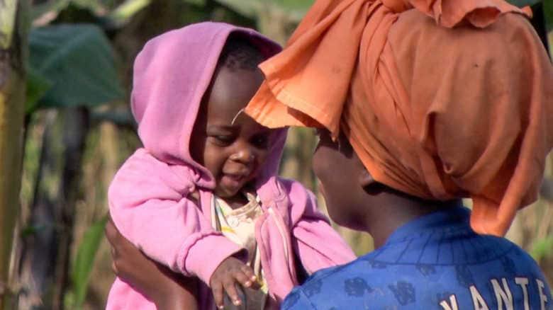 """「男は信用できない」幼子を育てる15歳の少女。ウガンダが抱える""""児童婚""""という社会問題"""