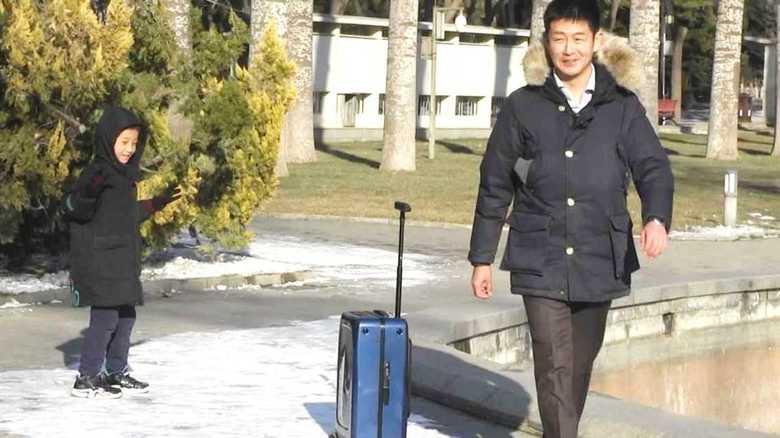 """「世界は全部アメリカではない!」 持ち主を自動で追いかけるスマートスーツケースが示す""""中国のシリコンバレー""""の実力"""