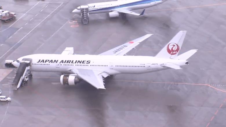 「死ぬかも」「ガタガタ揺れて」…JAL機がエンジントラブルで緊急着陸 乗客が語った緊迫の機内