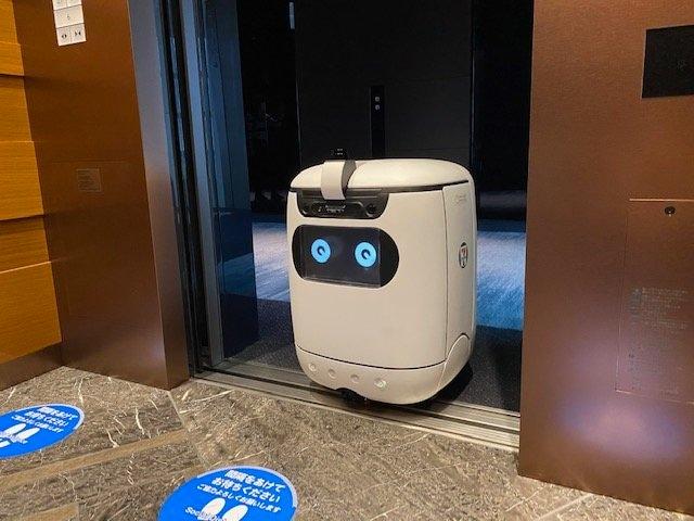ロボットがビル内でコンビニ商品を配送…エレベーターに乗って別の階にも移動!?仕組みを聞いた