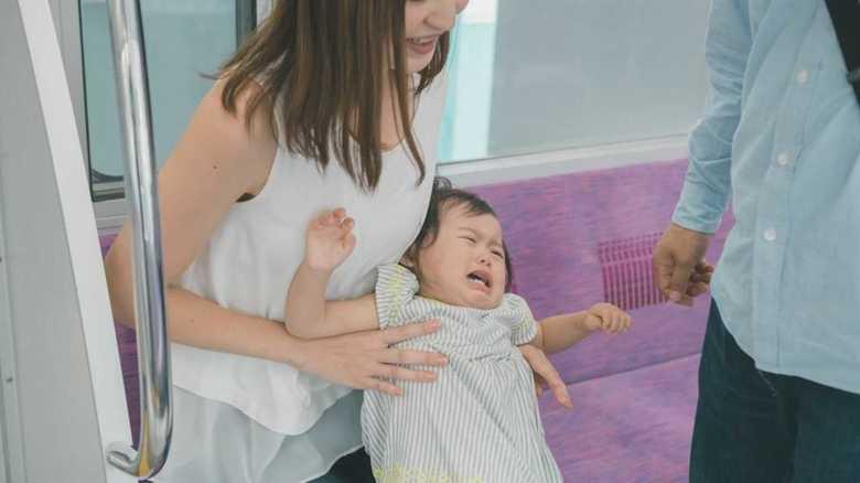 「電車で子どもにシールをあげたら泣き止んだ」は本当に効果ある?専門家に聞いてみた
