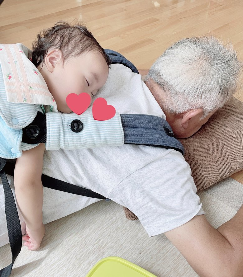 背中で寝た孫娘を起こさないようにうつ伏せになる優しいおじいちゃん…「30分間この体勢でした」