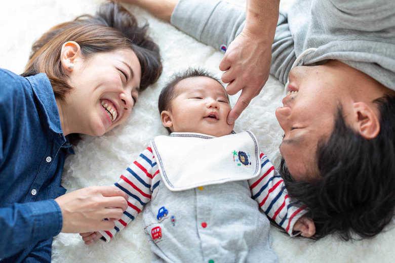 「とるだけ育休」男性の3人に1人は家事育児時間が2時間以下…では、父親は何したらいいの?