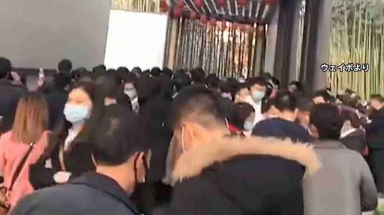 """新型コロナウイルス""""制圧""""アピールの中国…観光地には早くも""""喜びの大行列"""""""