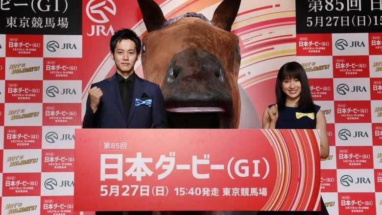 土屋太鳳 巨大な馬の口に…まさかのTake2に照れ笑い
