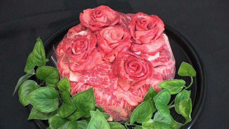 牛肉をバラの形に…お値段1万円超「飛騨牛スペシャルセレブ肉ケーキ」とは 精肉店が誕生日祝い向けに考案