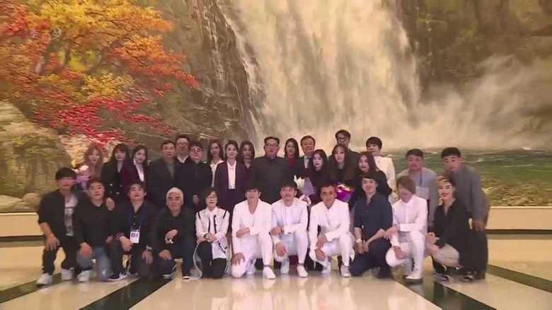 正恩氏がK-POPを鑑賞しメンバーと握手。韓国にすり寄る狙いは?
