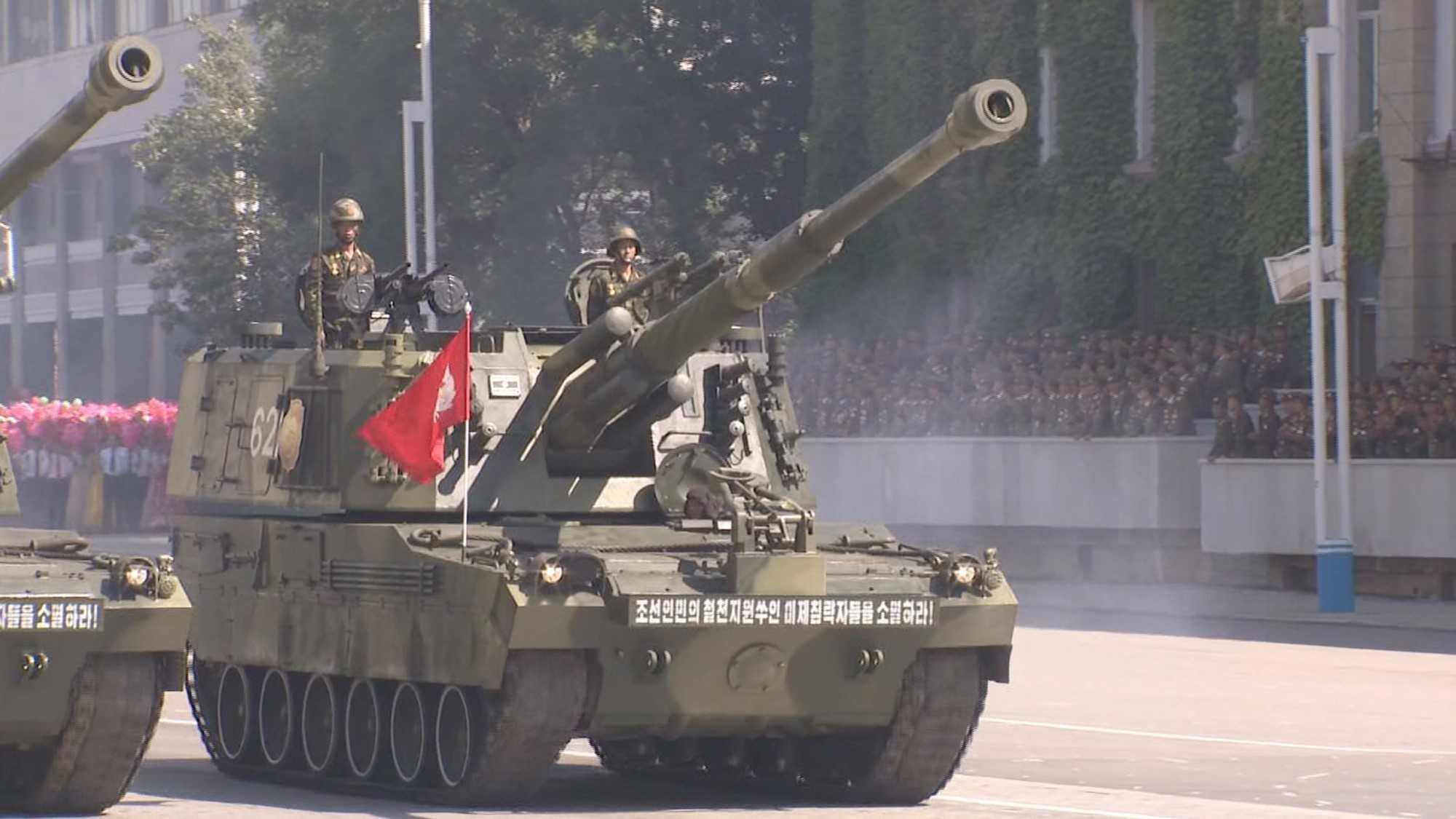 北朝鮮創建70周年パレード】謎のミサイル・システム登場