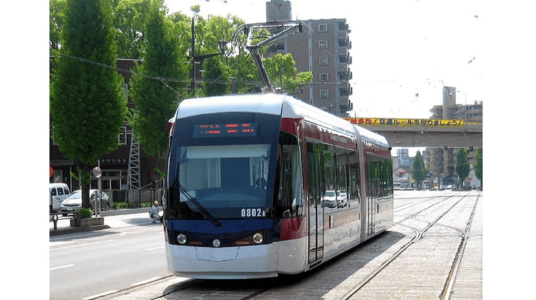 """2両編成の1両を""""女性専用車両""""に…路面電車に試験導入する熊本市に聞いた"""