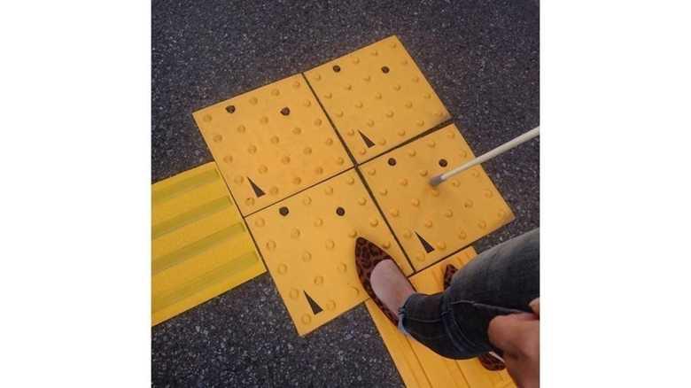 """点字ブロックの""""印""""をAIカメラが読んで道案内! 「将来はポケモンGOみたいなこともできます」"""