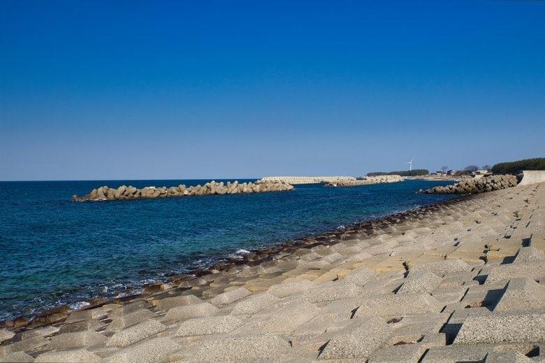 「海岸から離れ可能な限り高い場所へ」津波警報・注意報が発表された場合にとるべき避難方法