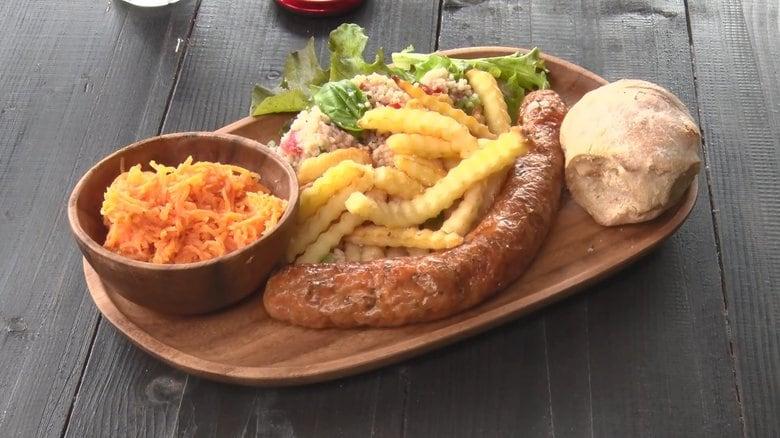 フランス人シェフが自慢のソーセージで村おこし 練り込むハーブやトマトも栽培…故郷に似た長野の村にレストラン開業