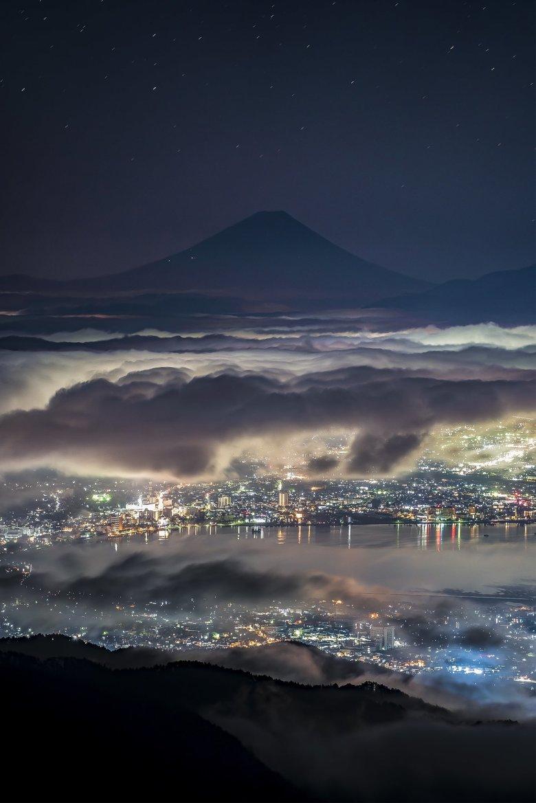 「雲の上から街を見守る富士山」の写真が神秘的…圧巻の光景の撮影方法を投稿者に聞いた