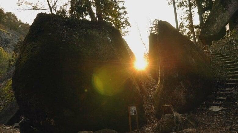 一体どこから運ばれてきたのか…平成になって山あいで発見された「巨石群」  5千年前に使われたその目的は