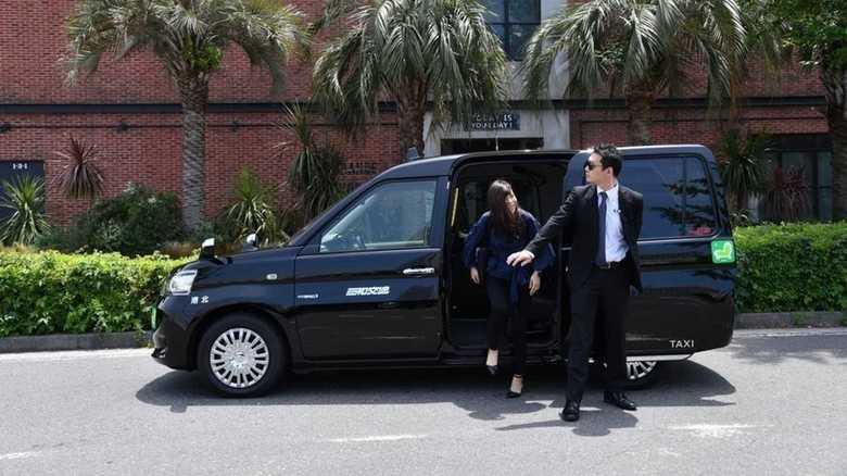 見た目は本物「SP風タクシー」が話題。でも、イヤホンはどこにも繋がってない…