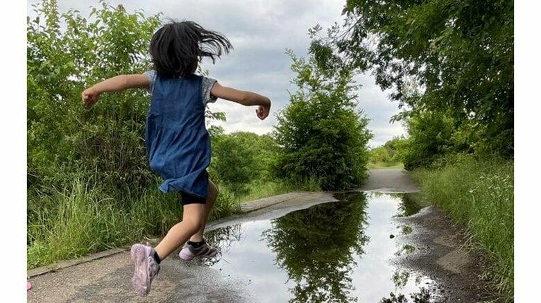 作品名「諦め」 水たまりに跳び込む少女のその後が目に浮かぶ…実際はどうなった?母親に聞いた